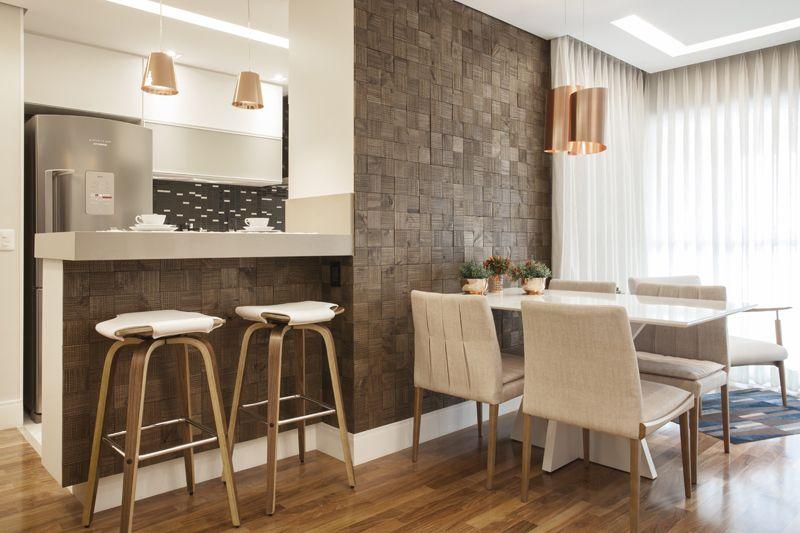 Sala com papel de parede decorado.