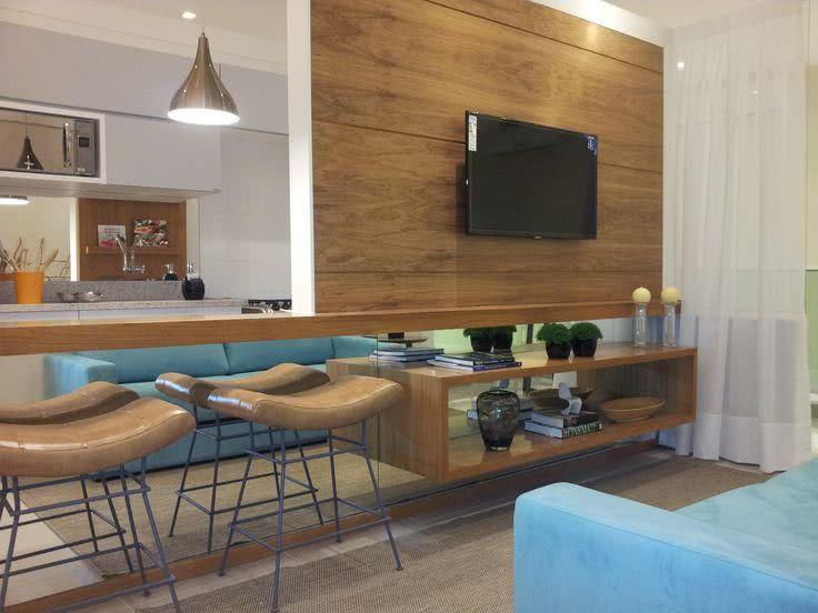 Cozinha americana pequena com sala moderna com espelho.