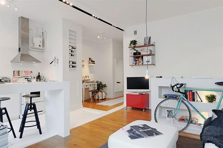 Cozinha americana pequena com sala branca e moderna.