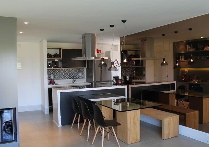Cozinha americana pequena com sala moderna.