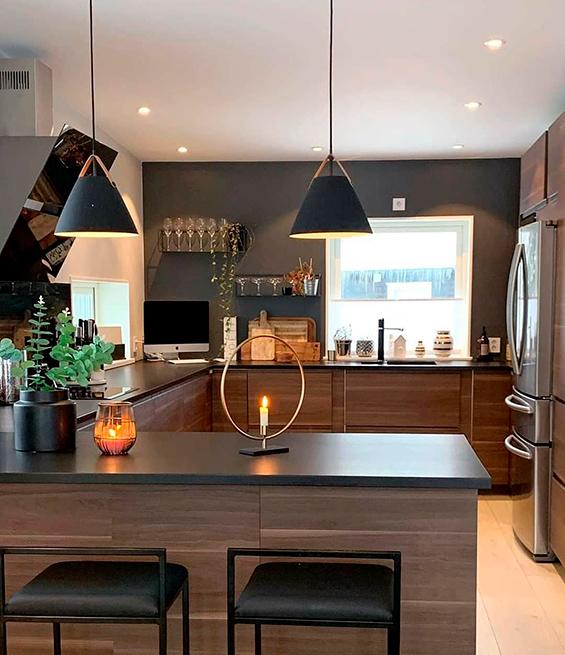 Cozinha americana pequena moderna com pendentes suspensos.