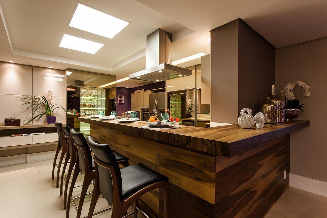 Cozinha americana pequena moderna com bancada de madeira.