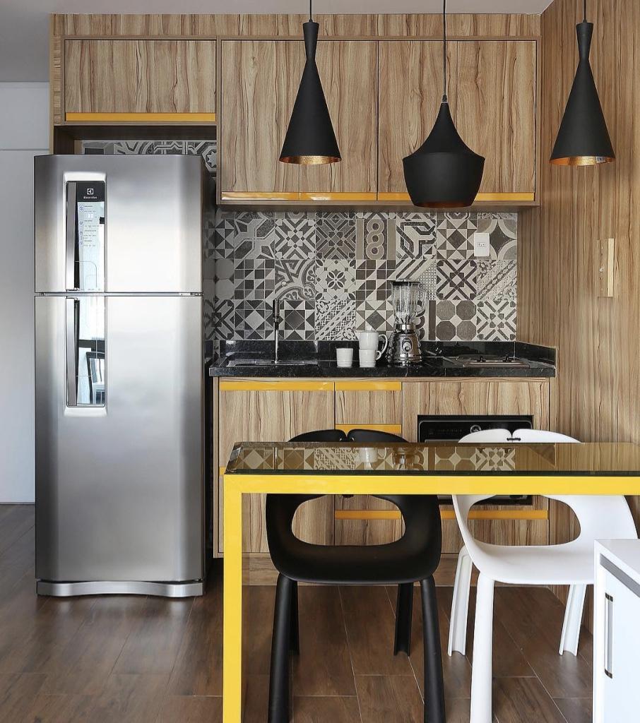 Decoração moderna com armário de madeira e detalhes amarelos.