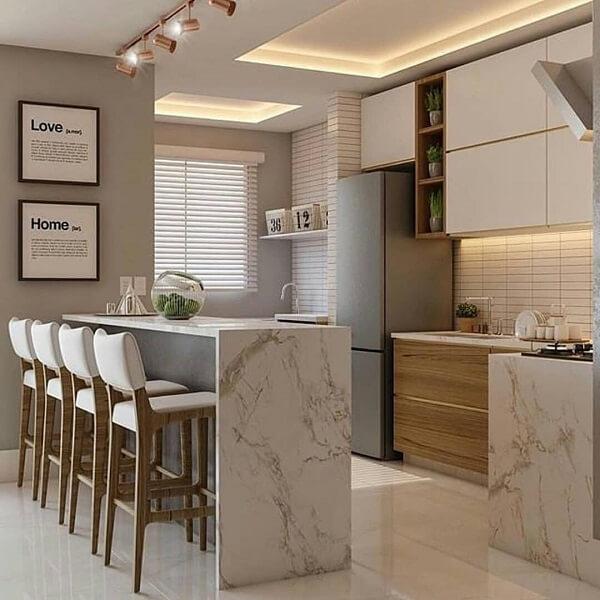 Decoração moderna com bancada de mármore e banqueta estofada.