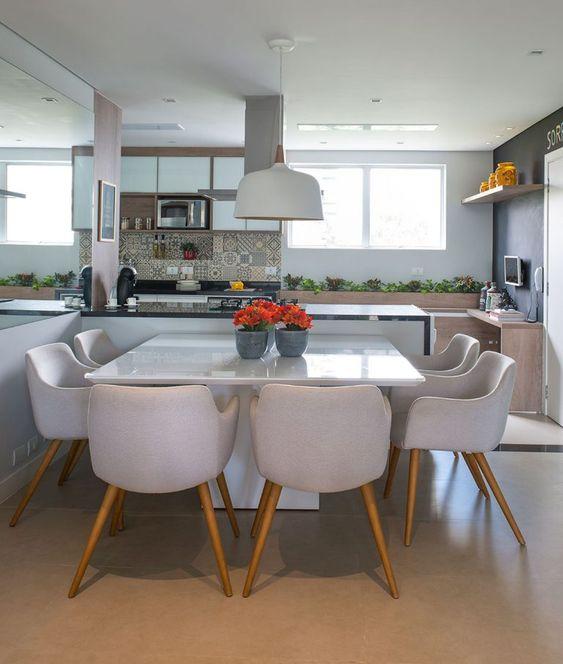 sala de jantar neutra com mesa quadrada