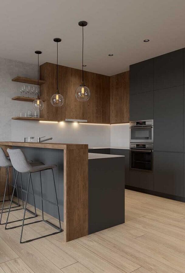 Decoração moderna com pendente suspenso e armário cinza e com acabamento de madeira.