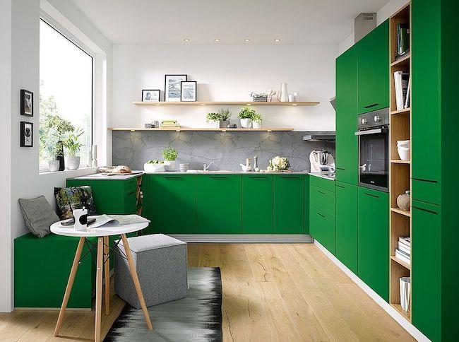 Decoração moderna com armários verdes e prateleira com spot de led.