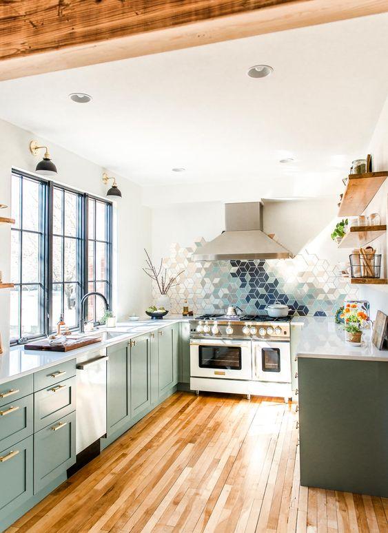 Decoração moderna com armário verde e azulejo geométrico colorido.