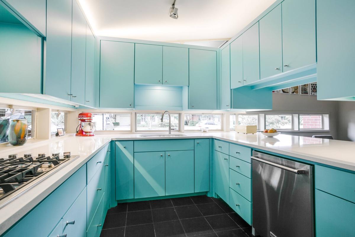 Cozinha em U azul e bancada de silestone.