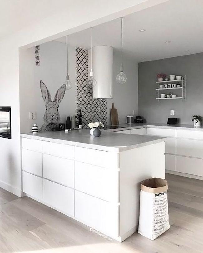 Decoração moderna com armário branco, adesivo e pendente suspenso.