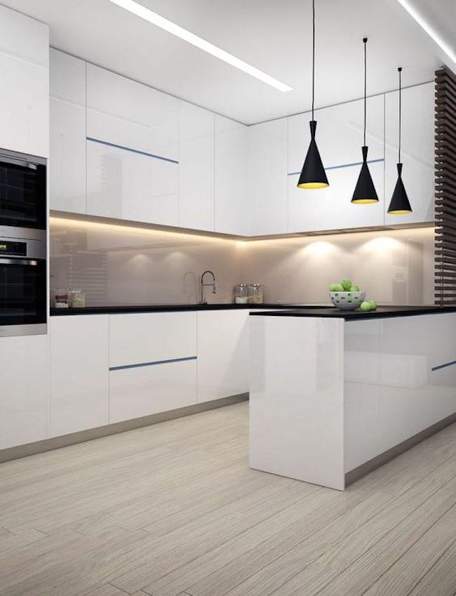 Decoração minimalista com armário branco e fita de led.