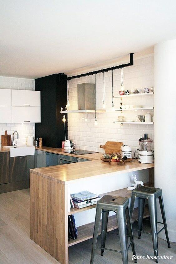 Decoração moderna com bancada de madeira e luminária moderna.