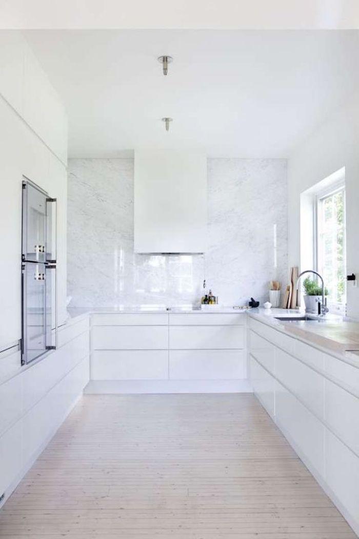 Decoração clean com armários brancos.