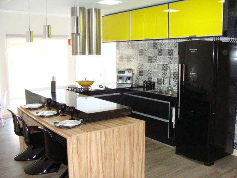 Decoração moderna com armário amarelo e preto.