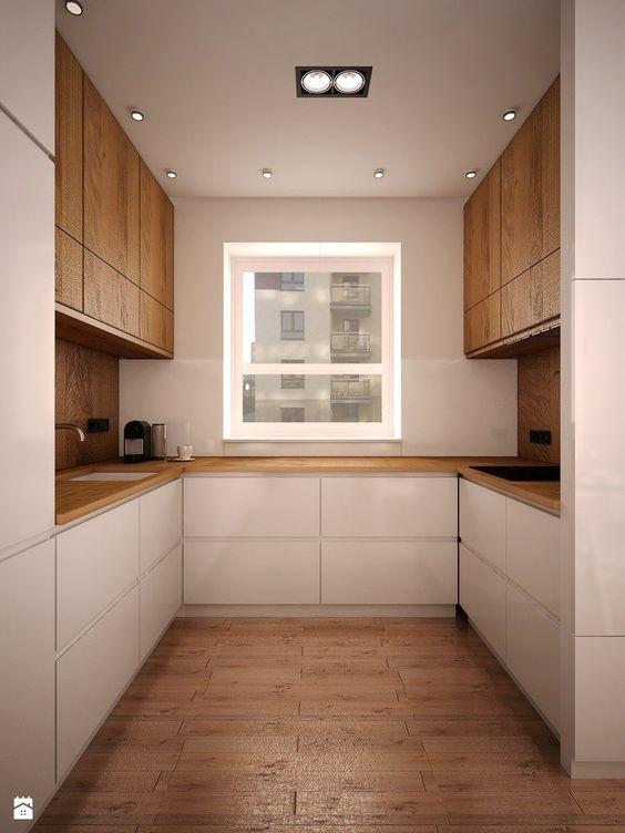 Decoração clean com armário branco e e armário de madeira.