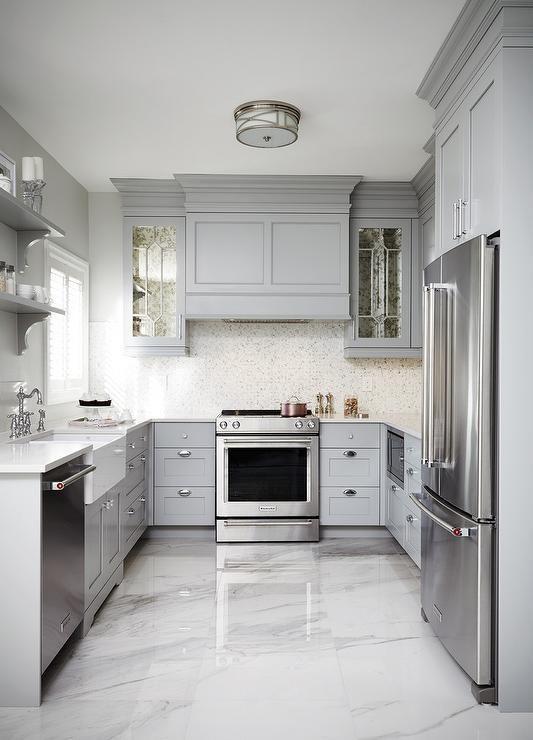 Decoração clássica com armário cinza e bancada de mármore.