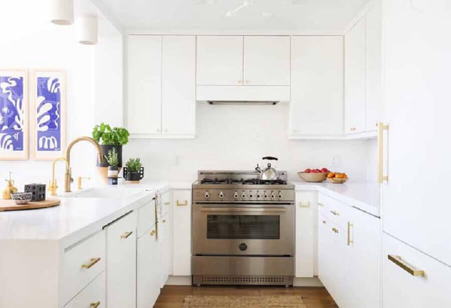 Cozinha planejada em U branca.