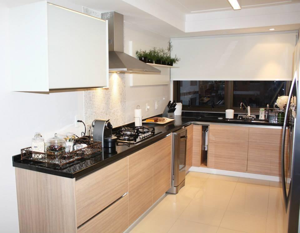 Cozinha planejada em U simples.