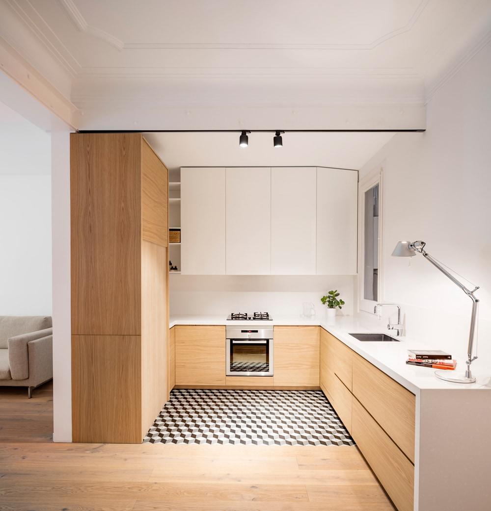 Cozinha planejada em U minimalista.