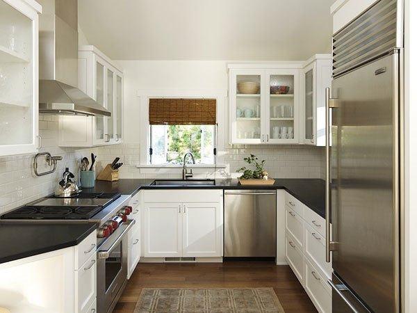 Cozinha planejada em U branca e com azulejo metro white.