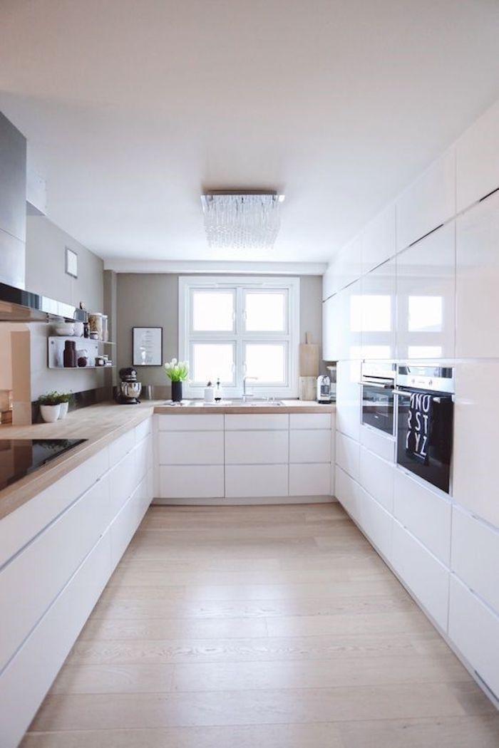 Cozinha planejada em U minimalista branco.
