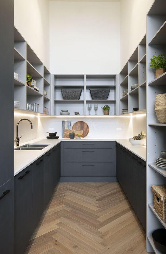 Cozinha planejada em U moderno com nichos e prateleiras.