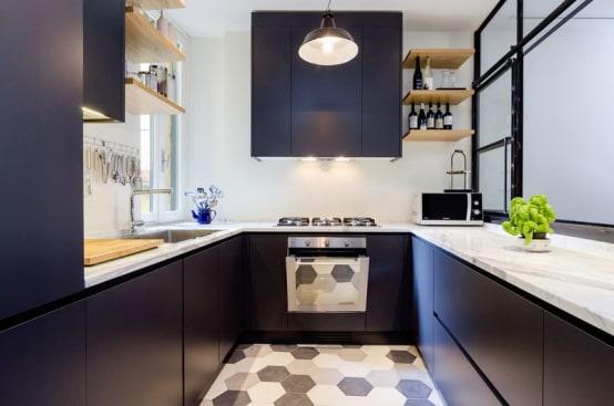 Cozinha planejada em U moderna com armários pretos.