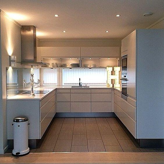 Cozinha planejada em U branca com spots de led.