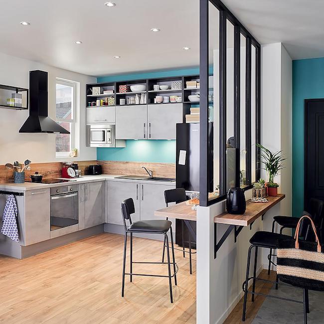 Cozinha em U com bancada de madeira e armários cinzas e nichos.