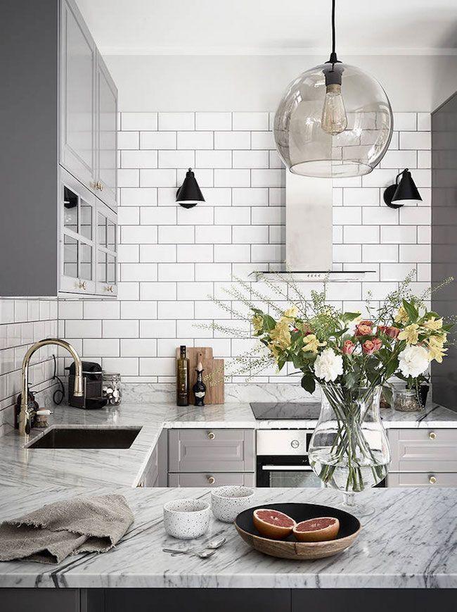 Cozinha em U com bancada de mármore e azulejo metro white.