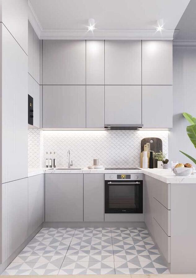 Cozinha em U pequena com decoração moderna e piso decorado.