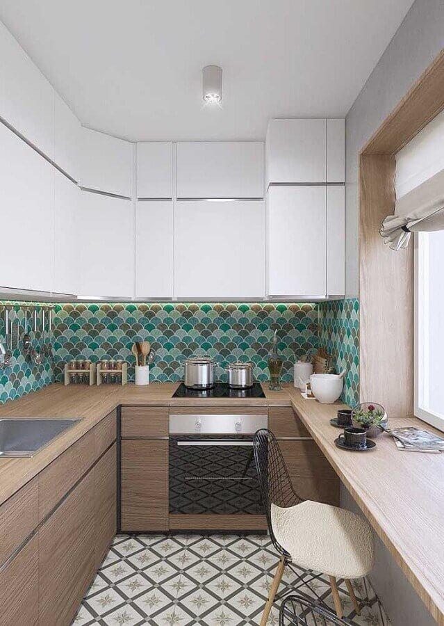 Cozinha em U pequena com armários de madeira, ladrilho hidráulico e piso decorado.