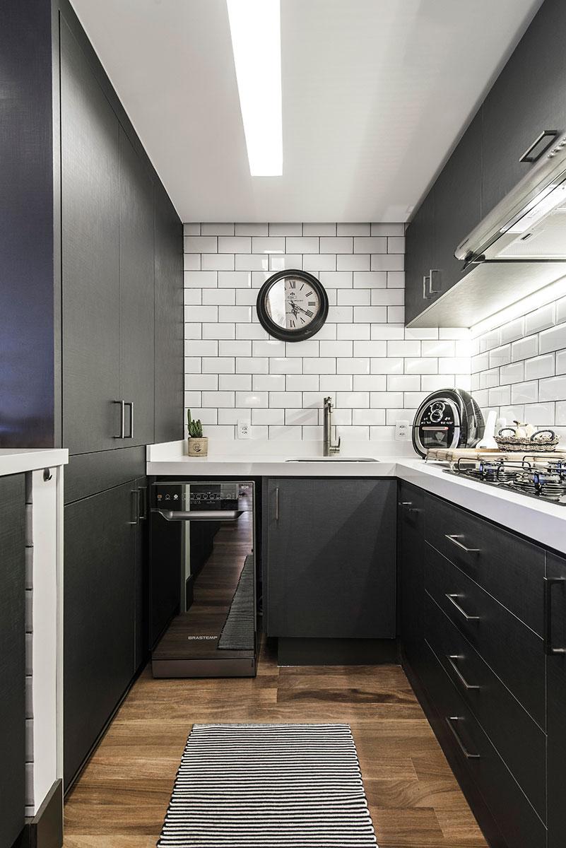 Cozinha em U pequena com decoração moderna e armários pretos.