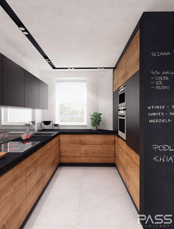 Cozinha em U pequena com armários de madeira e decoração moderna.