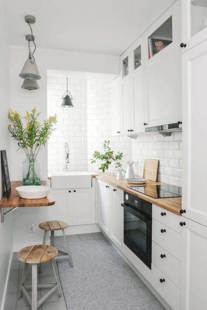 Cozinha em U pequena com decoração escandinava.