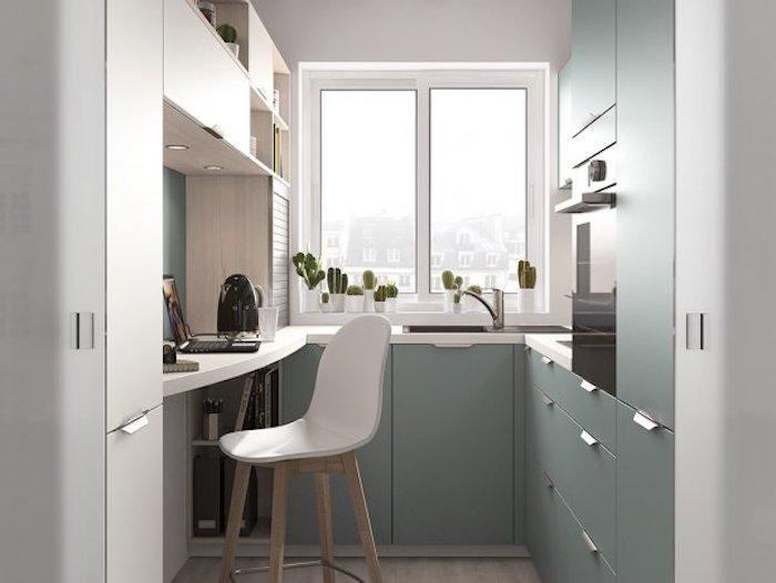 Cozinha em U pequena planejada com armários verdes e bancada de madeira.