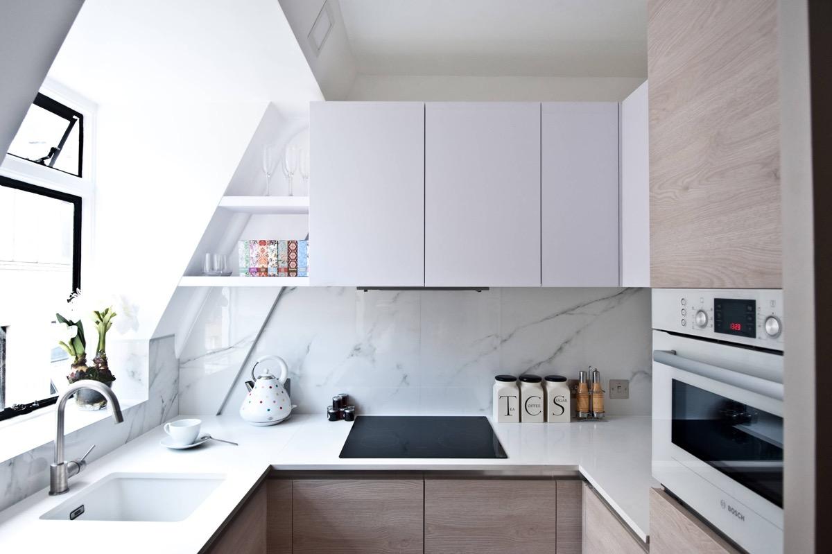 Cozinha em U pequena planejada e simples.