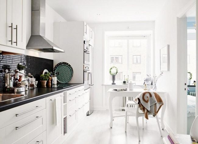 Cozinha pequena branca escandinava.