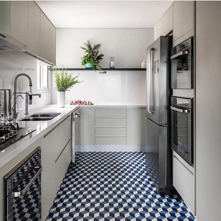 Cozinha pequena moderna com piso geométrico.