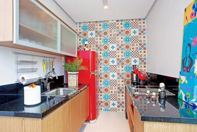 Decoração simples com parede de azulejo.