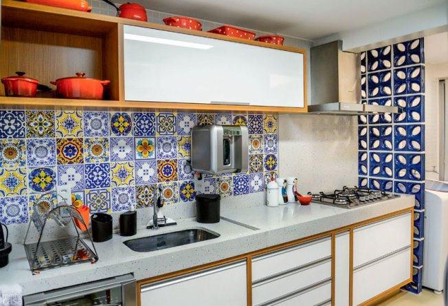 Decoração simples com azulejo decorada.