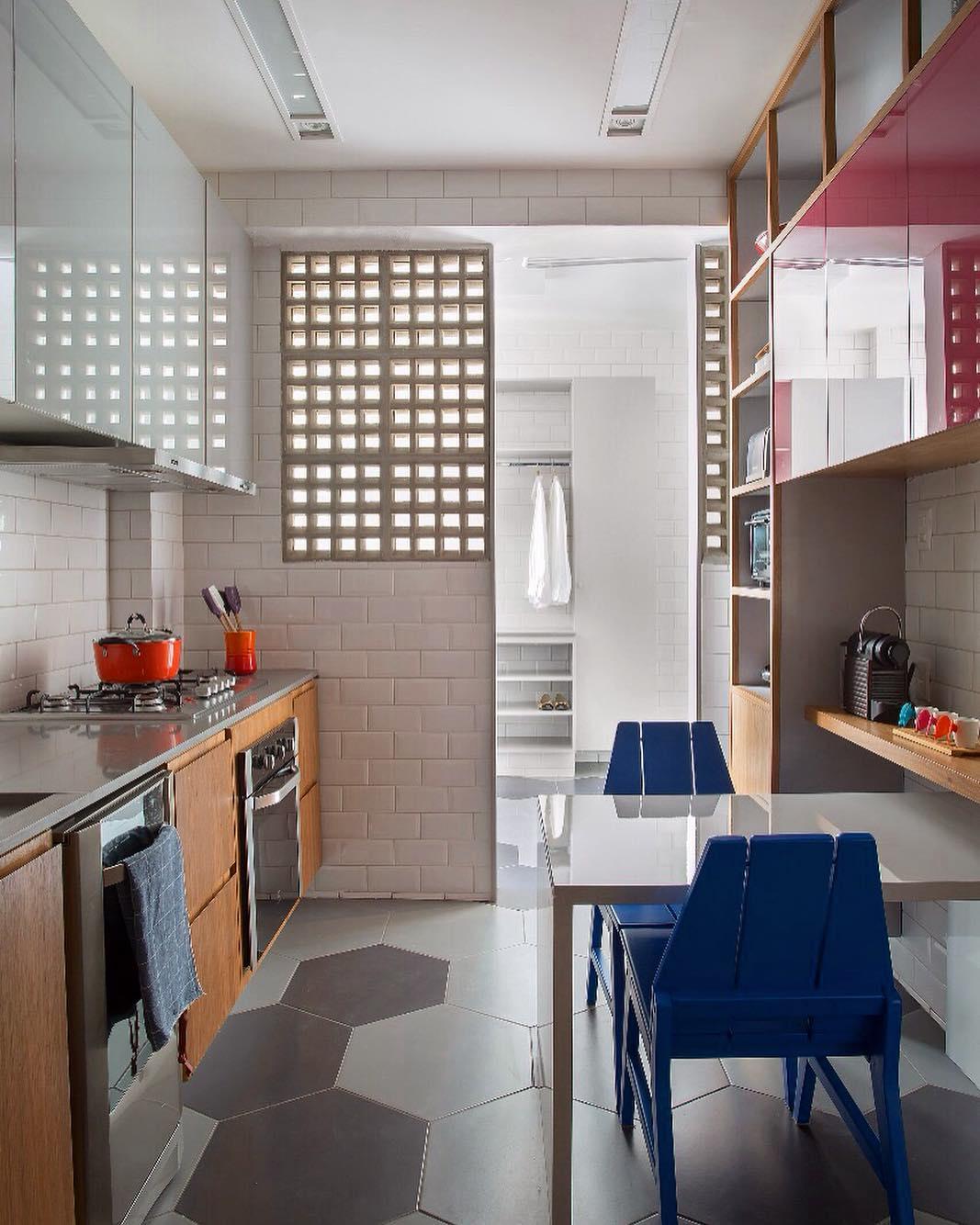 Decoração simples com armário de madeira e mesa branca de madeira.