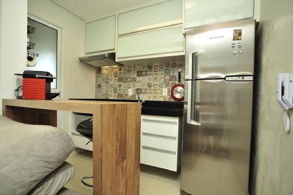 Cozinha pequena simples com armário branco.