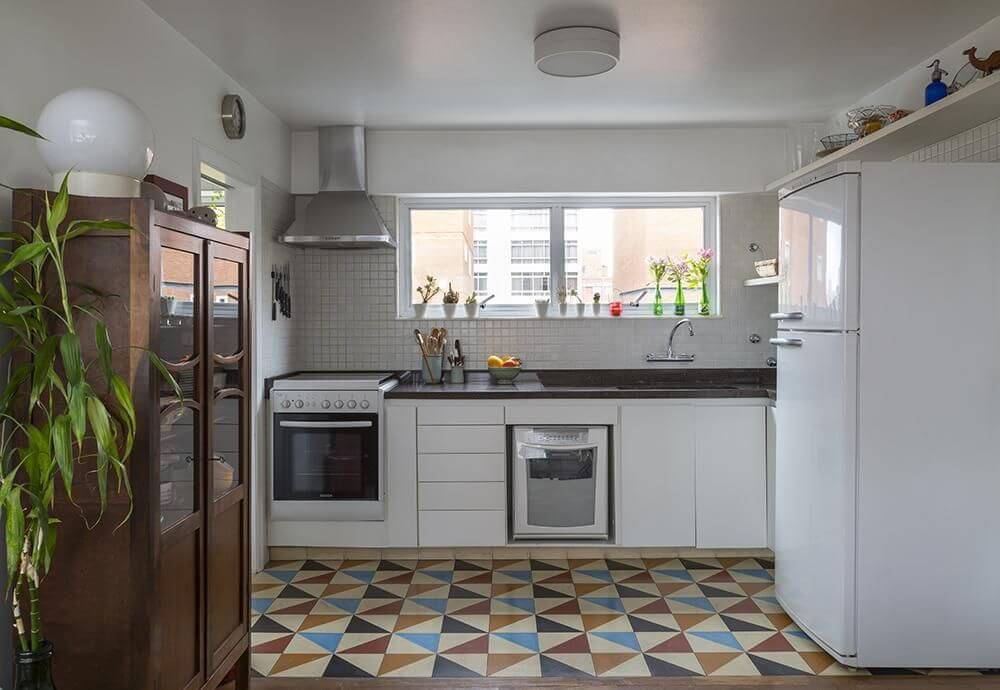 Cozinha pequena simples com piso colorido.