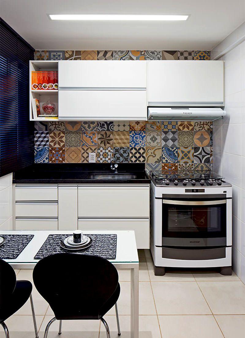 Decoração com armário branco e azulejo decorado.