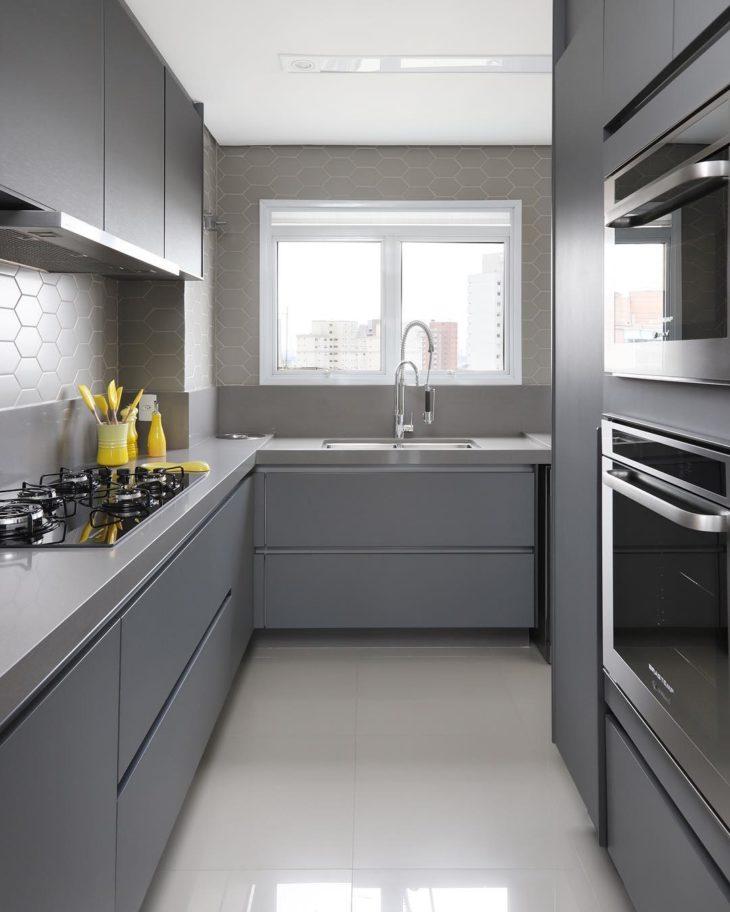 Decoração moderna com armário cinza.