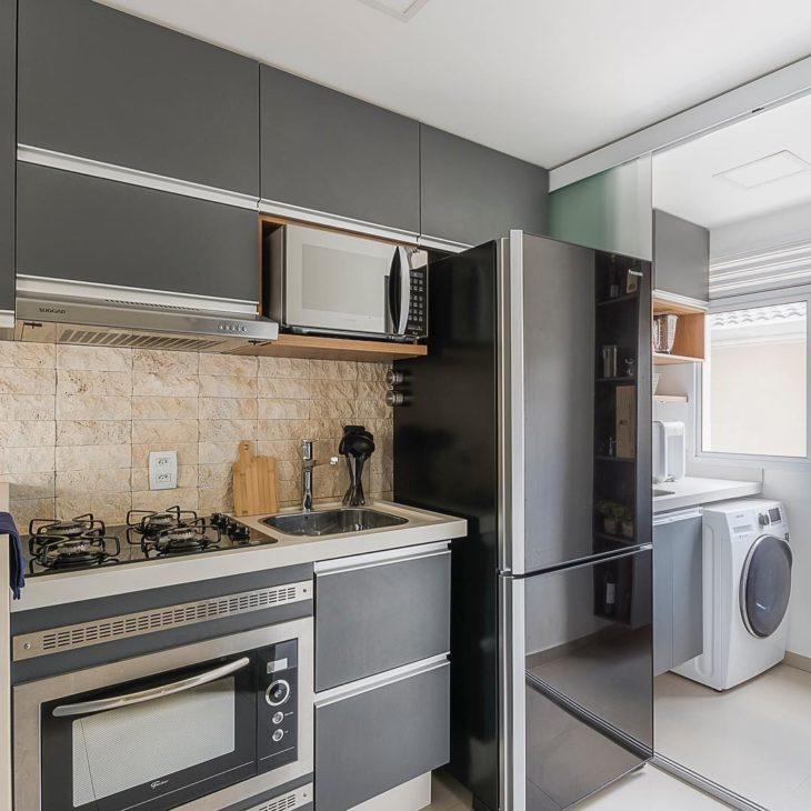 Decoração moderna com armário cinza e azueljo de pedra.