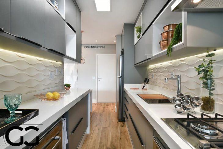 Cozinha pequena com armário cinza e bancada branca.