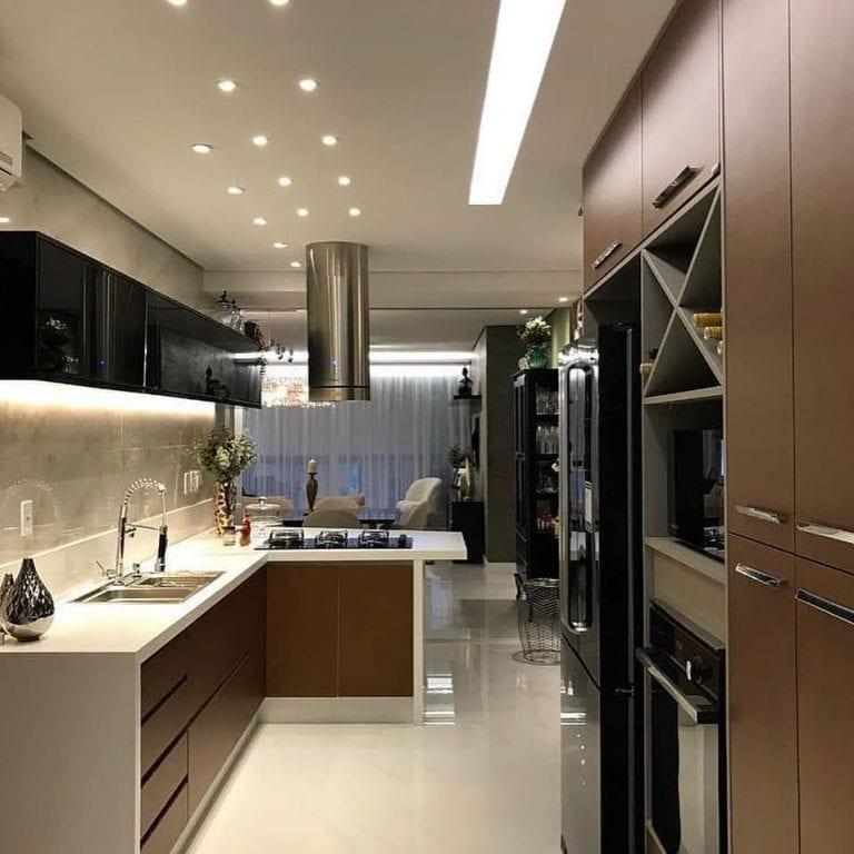 Decoração luxuosa com armário marrom e bancada branca.