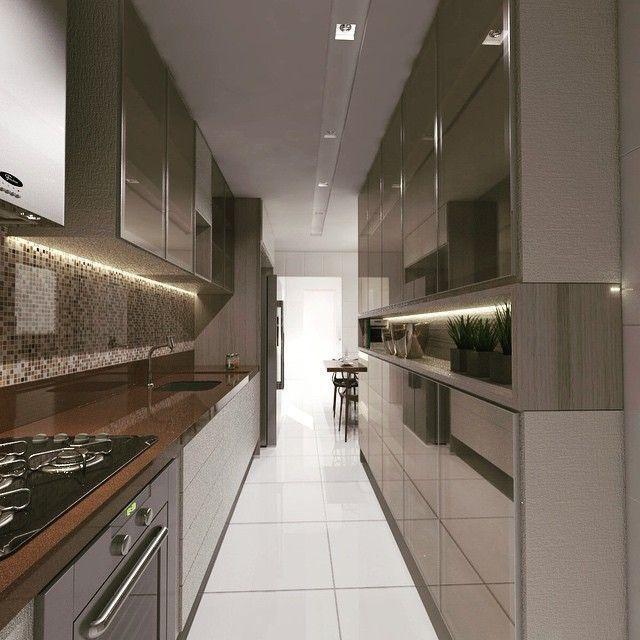 Cozinha pequena luxuosa com armários espelhados.